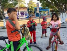 42 Los ninos en bici